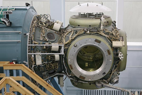 Transitive compartment with docking ports 2006-10 (C) Seiji Yoshimoto