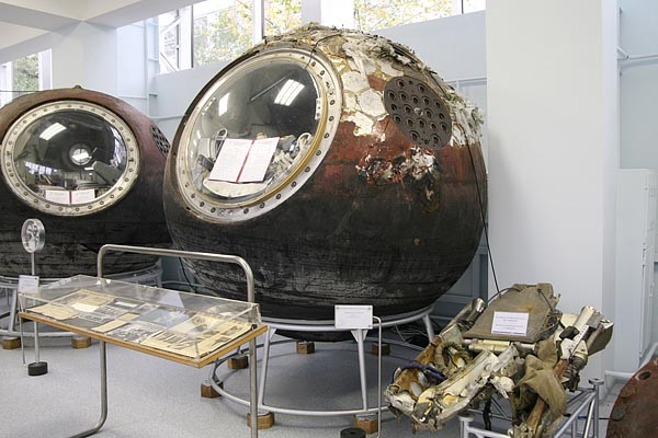 Descent module of Vostok -6 (center) and catapult armchair of Tereshkova (right) 2006-10 (C) Seiji Yoshimoto